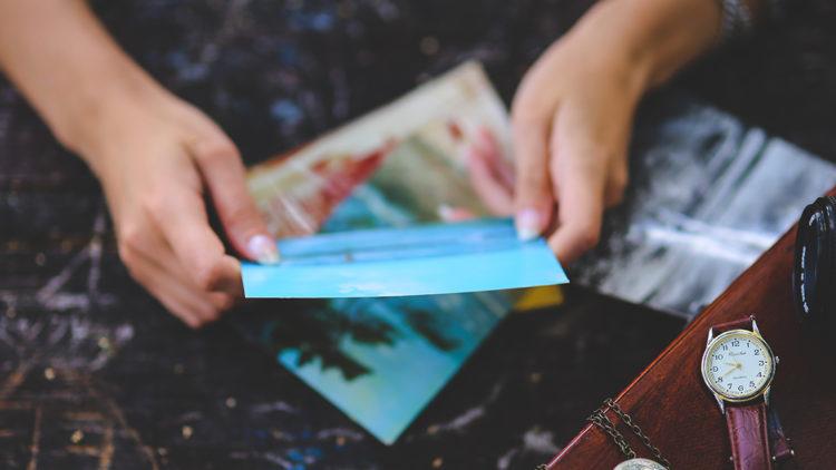 kaboompics.com_Photo-in-girls-hands.jpg